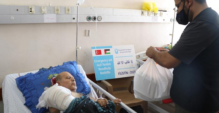 Gazze ilaç ve hijyen paketi yardımı dağıtımı