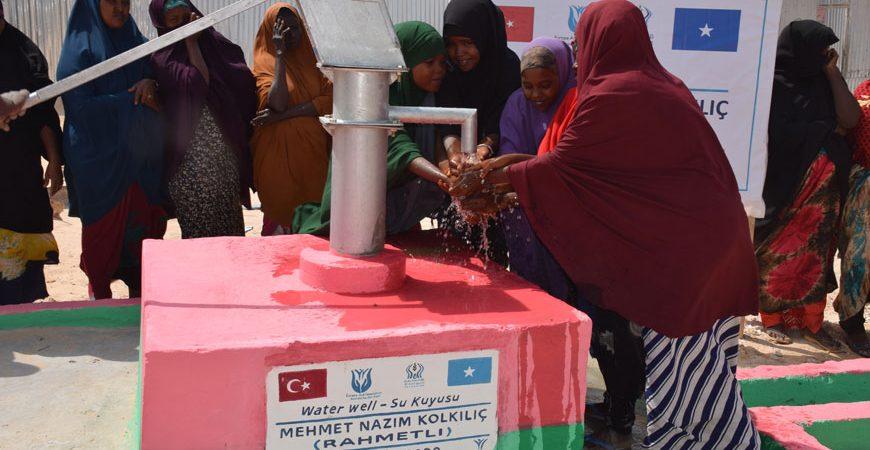 Avrupa Yardım Vakfı tarafından Somali'de Açılan Su Kuyusundan Su İçen Çocuklar