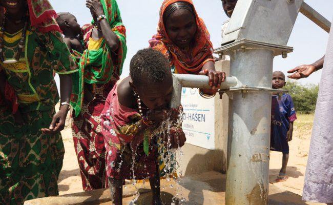 Su Kuyusu Açma Projesi Sonrası Su İçen Çocuk